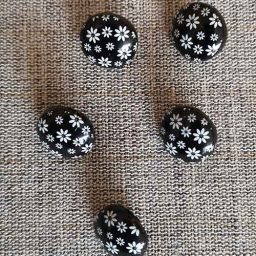 White on black daisy pattern buttons (15mm)
